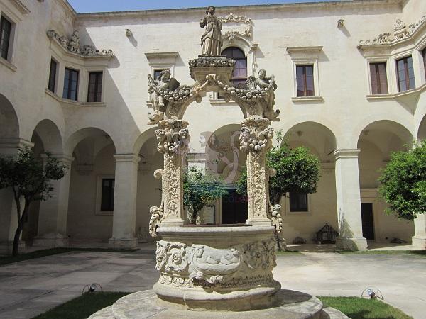 chiostro del vescovato a Lecce
