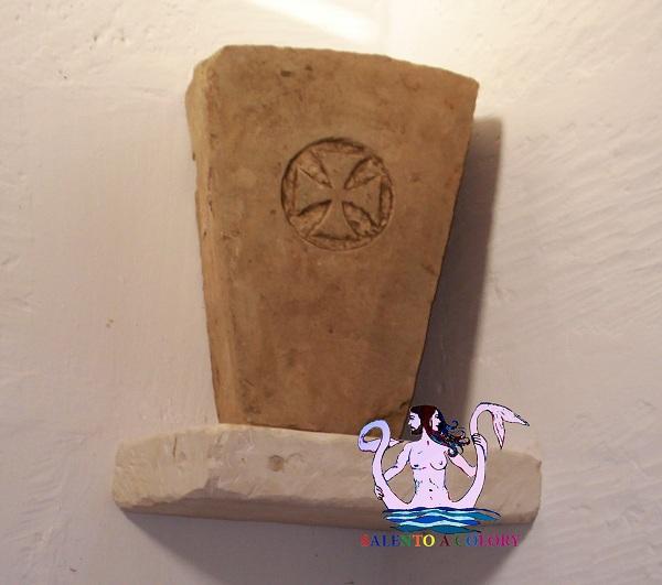 chiave d'arco con croce templare - dai ruderi cappella s.lasi