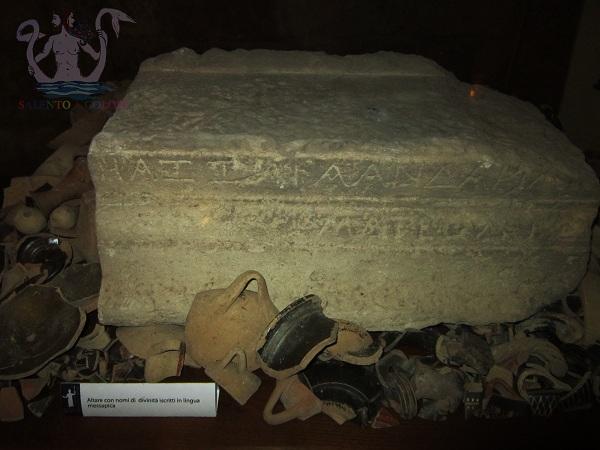 altare con nomi di divinità in lingua messapica