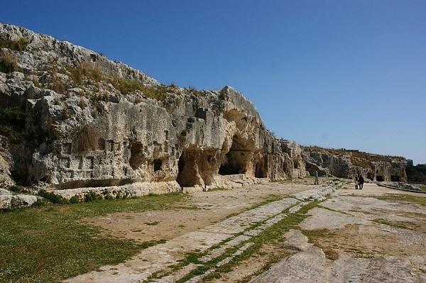 Sicilia – Scorcio della terrazza che sovrasta il Teatro Greco di Siracusa, V° sec. a.C. – Ph. Allie_Caulfield CCBY2.0